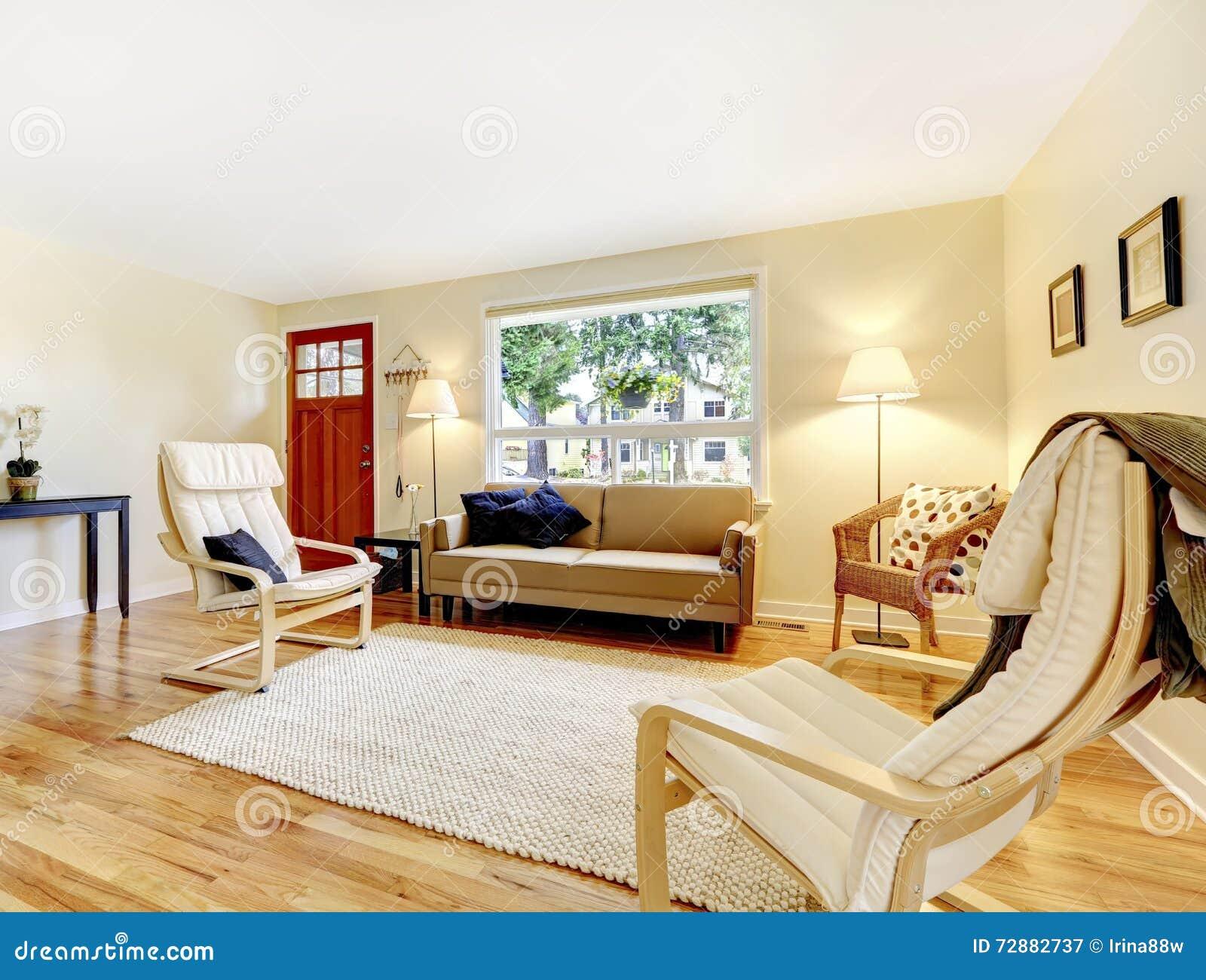 Salon bien meublé avec la porte et le bois dur rouges d entrée