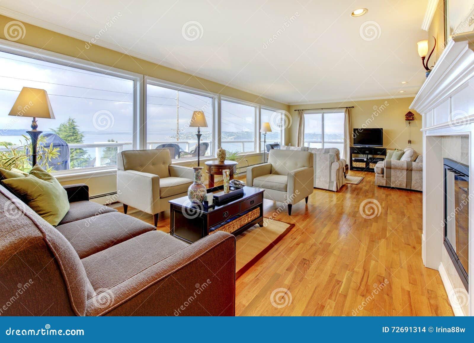 Salon bien meublé avec le plancher en bois dur et le wa polis
