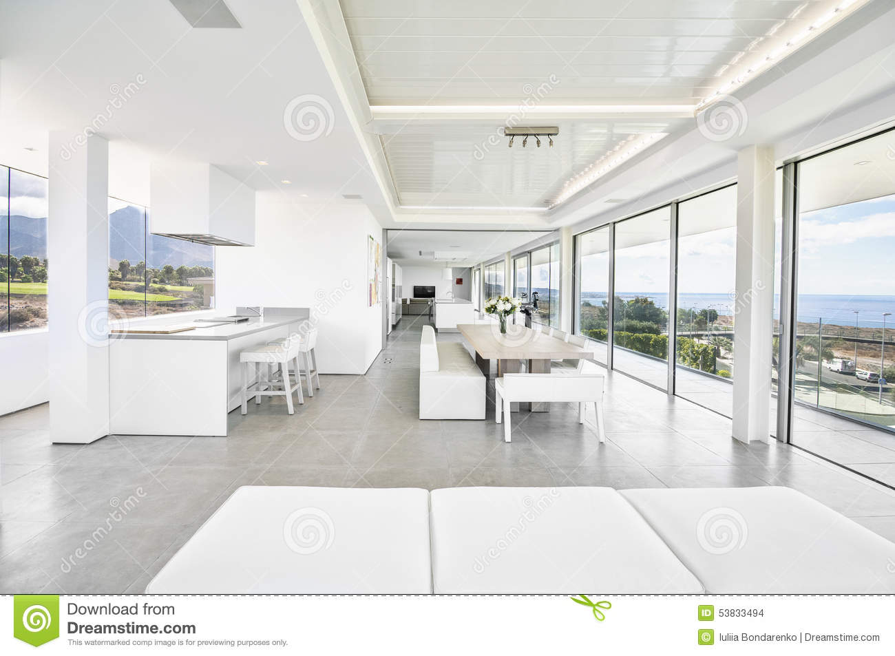 Salon blanc dans la villa moderne photo stock image for Salon u moderne
