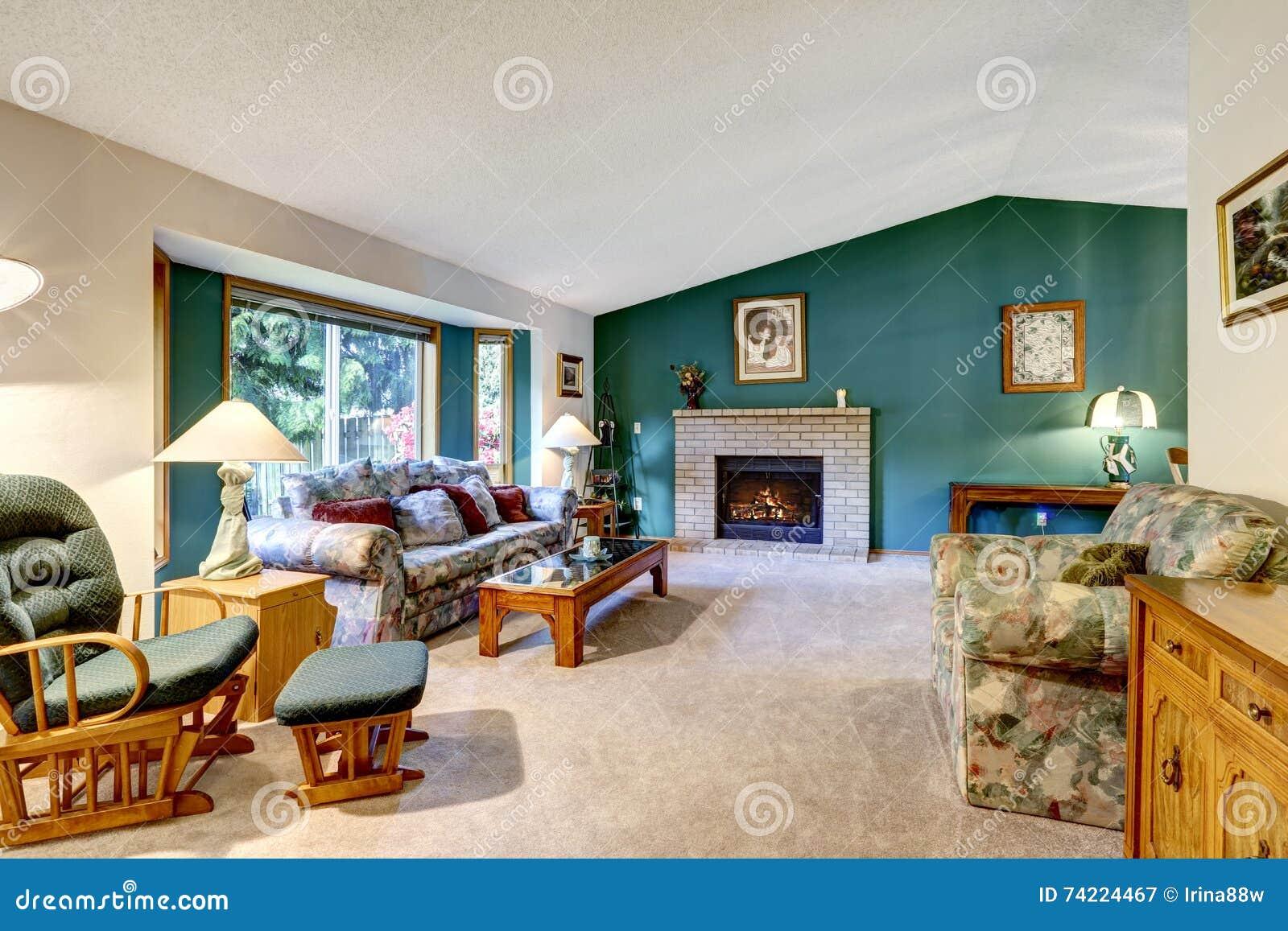 91a8bd6d8674 Salon blanc et vert élégant Conception américaine classique   cheminée de  brique, chaise de basculage