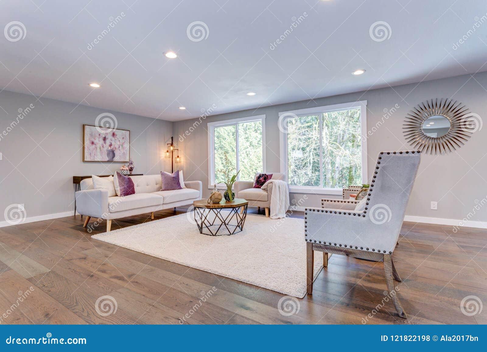 Salon Blanc Spacieux Avec Le Plancher En Bois Dur Photo ...