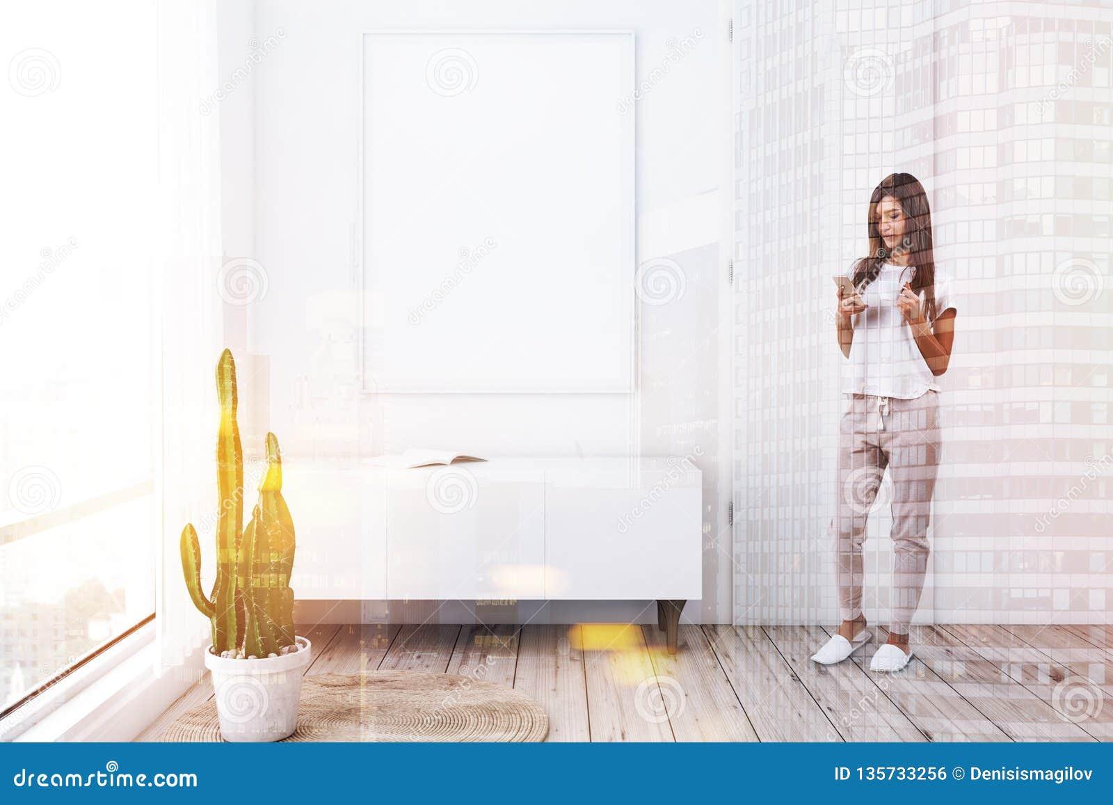 Salon, cabinet et affiche blancs, femme