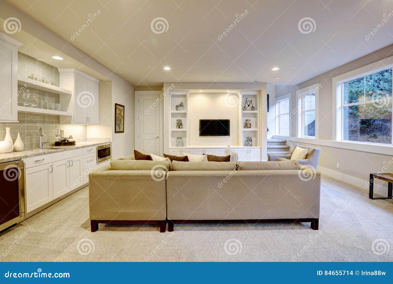 salon chic de sous sol avec le mini bar photo stock image du lifestyle luxe 84655714. Black Bedroom Furniture Sets. Home Design Ideas