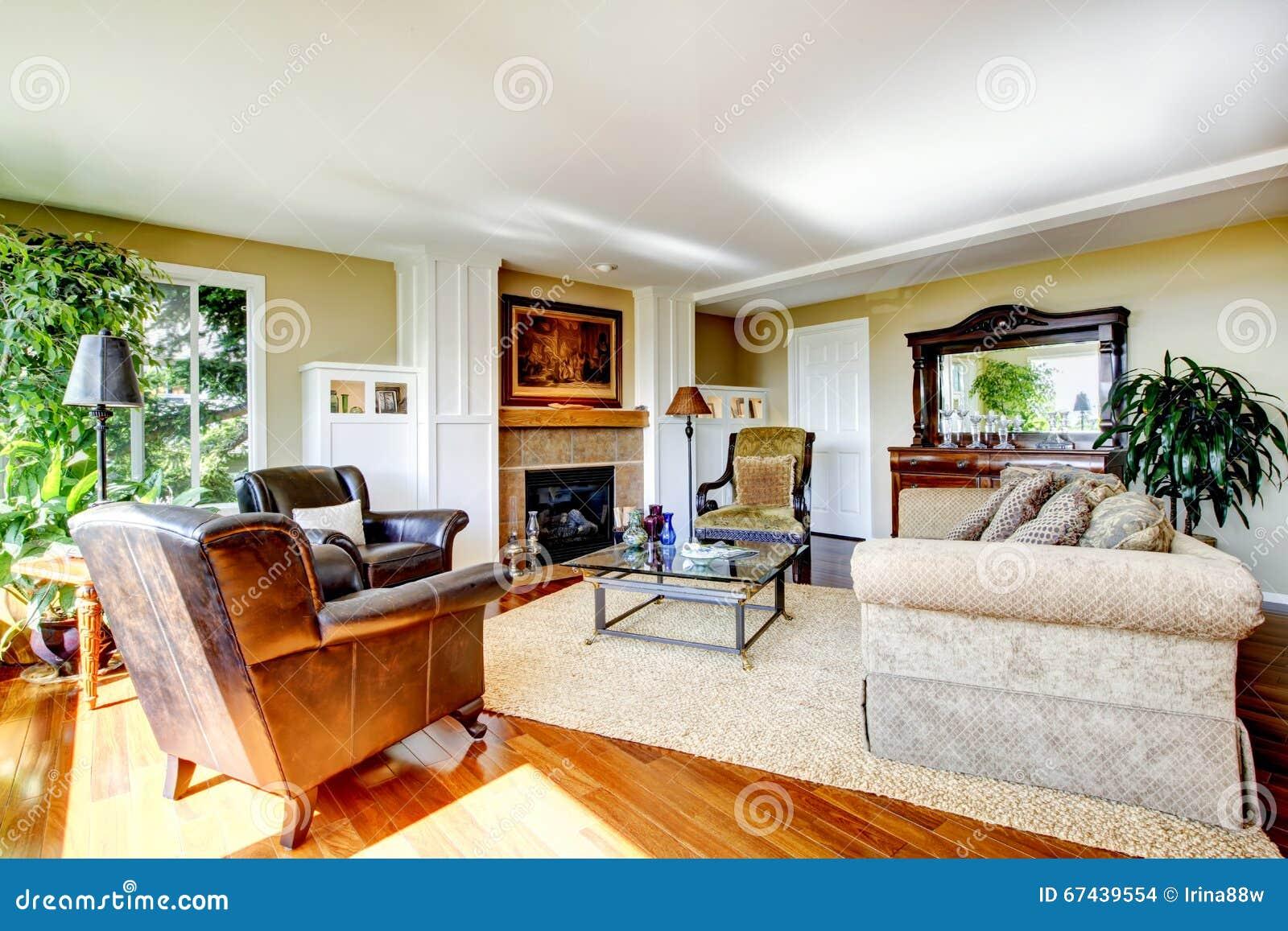 Salon classique américain avec le plancher en bois dur orange ...