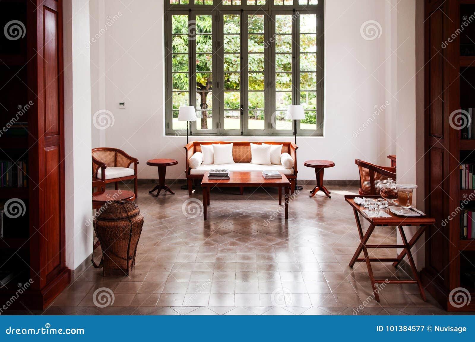 Salon Colonial Contemporain Avec Le Divan En Bois De Sofa Image ...