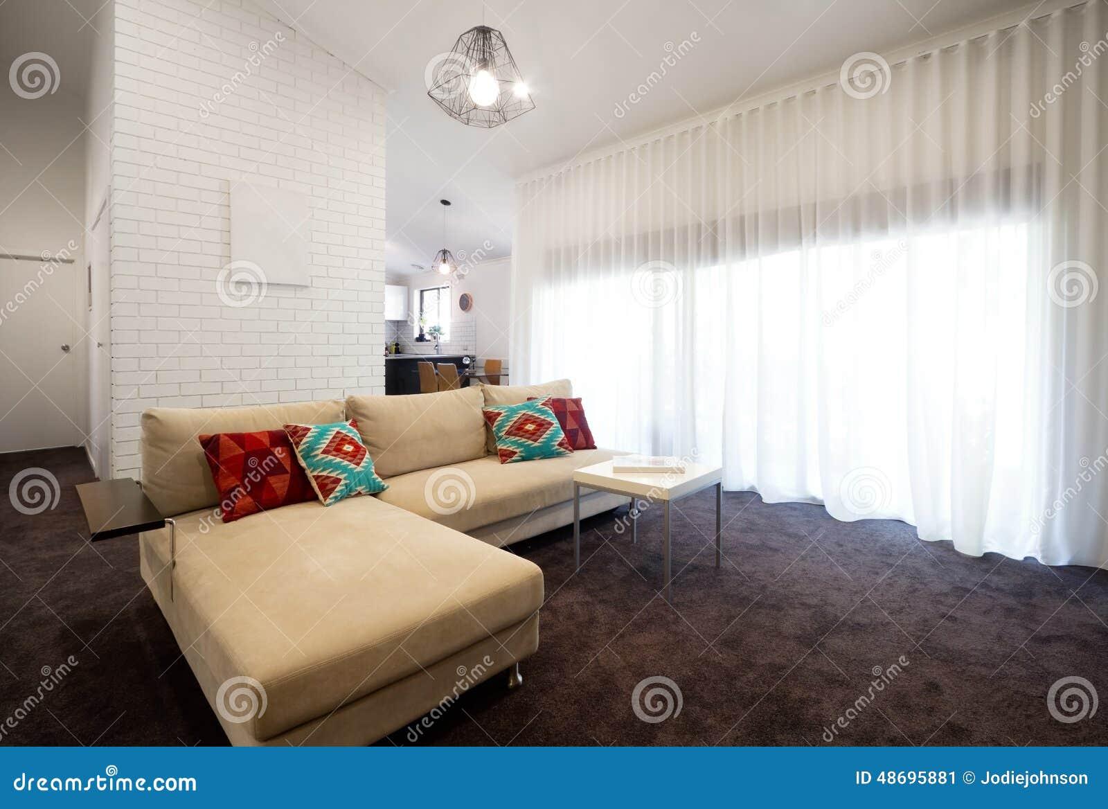 Salon contemporain avec les rideaux purs photo stock