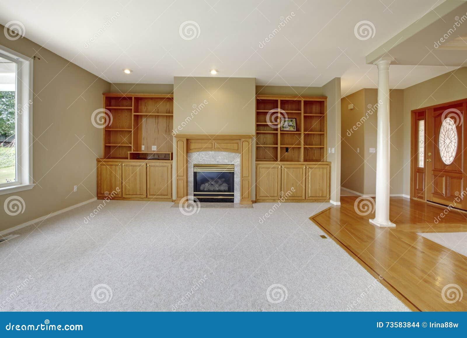 Salon dans l'espace ouvert avec la vue de foyer et la porte d ...