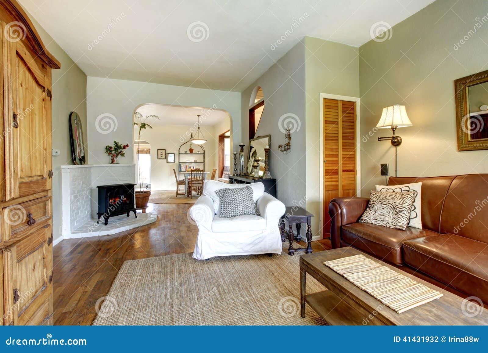 Salon Dans La Vieille Maison Avec Les Meubles Antiques Photo Stock  # Les Meubles De Maison