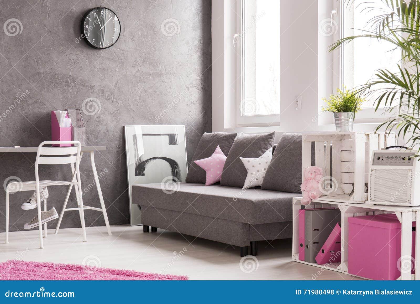 Salon Dans Le Gris Et Le Rose Photo stock - Image du home ...