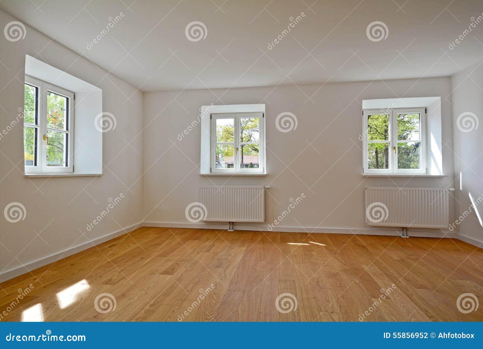 Salon dans un vieux bâtiment   appartement avec les fenêtres en ...