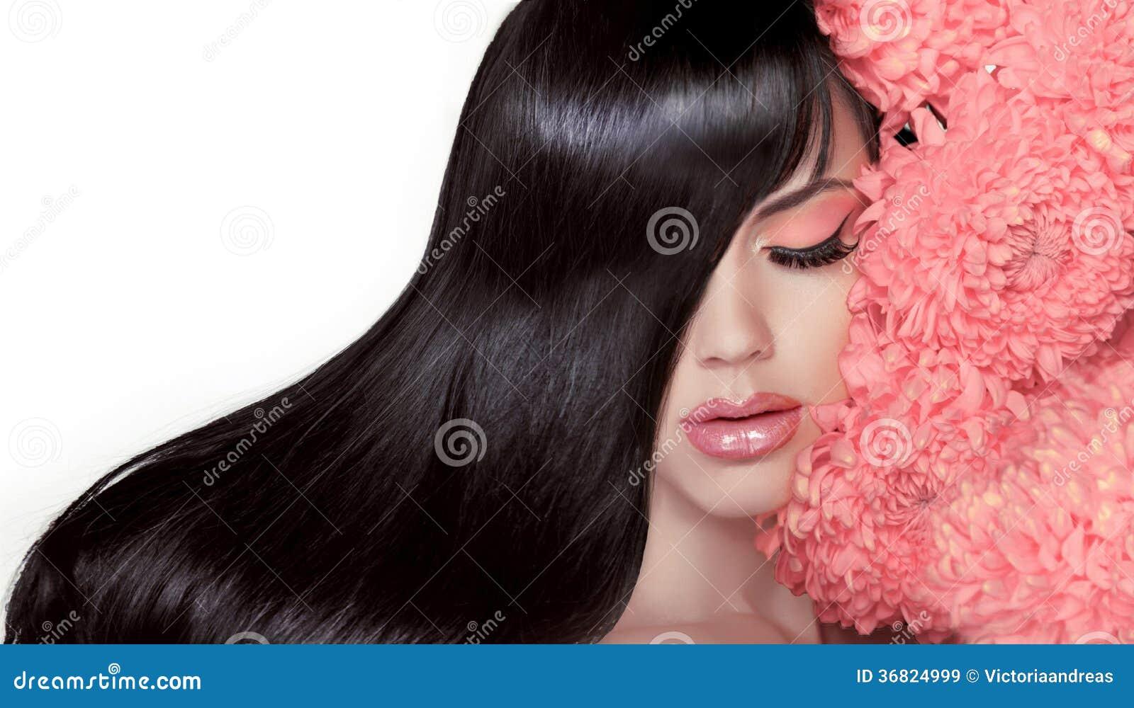 Salon de coiffure. Femme de beauté avec long Blac lisse sain et brillant