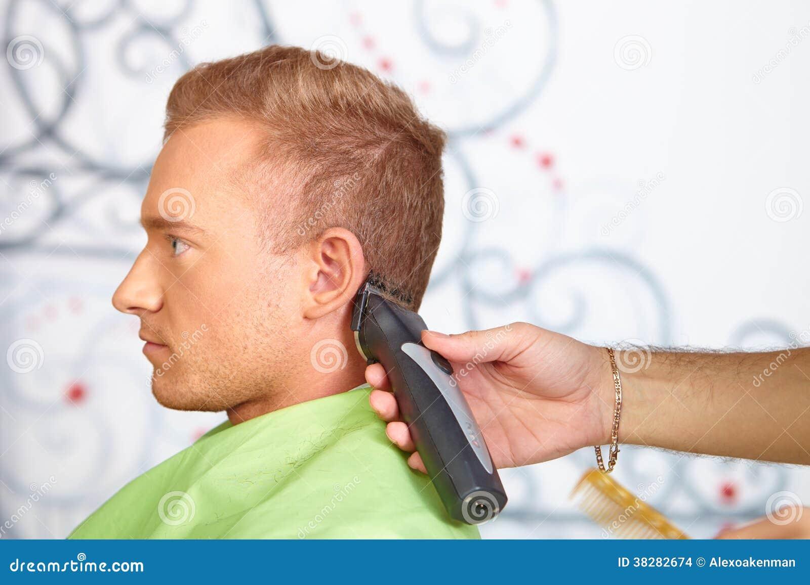 Salon De Coiffure. Le Coiffeur Fait La Coupe De Cheveux Pour L ...