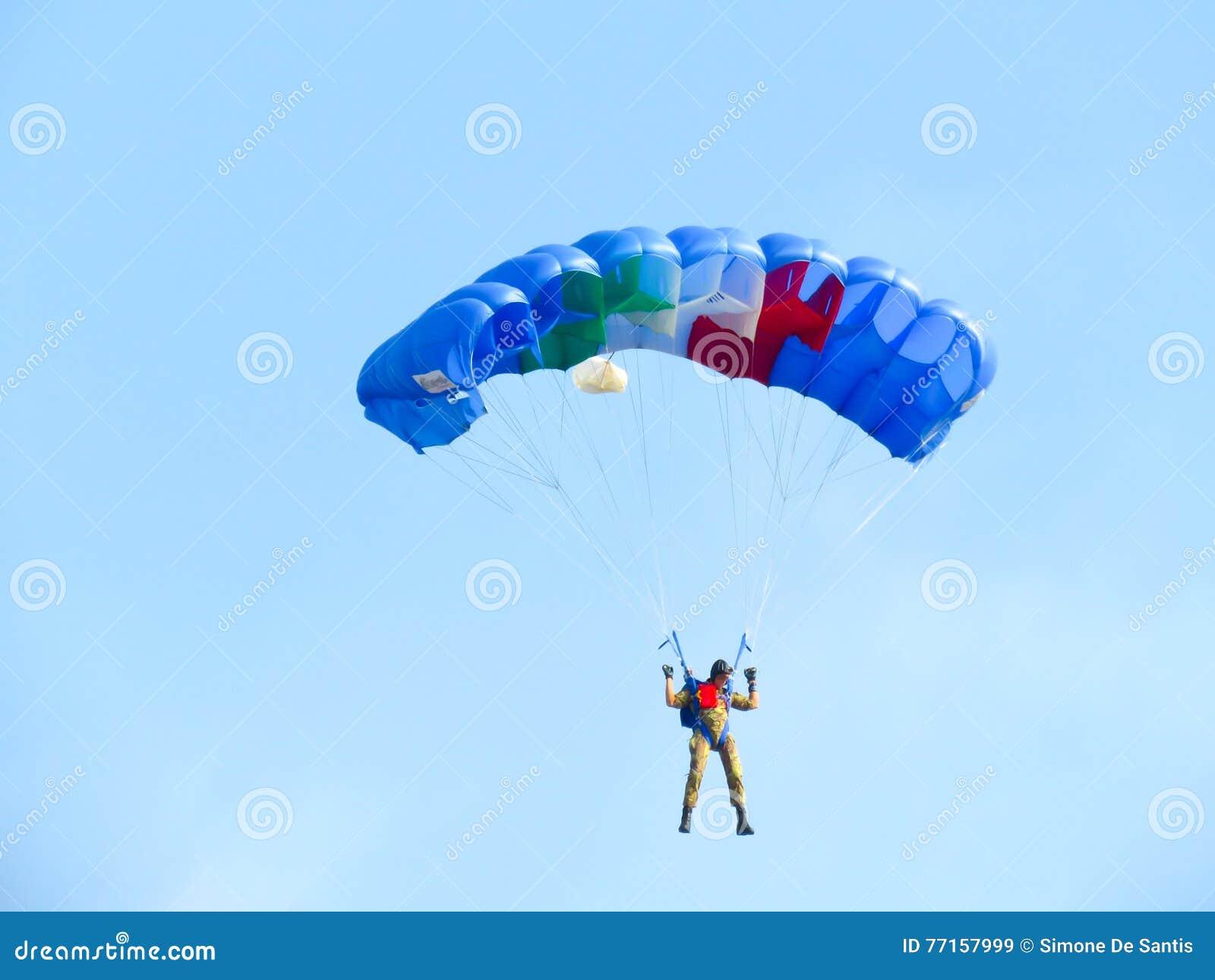 Salon de l aéronautique de parachutistes Tirrenia, Pise, Italie, le 11 septembre 2016