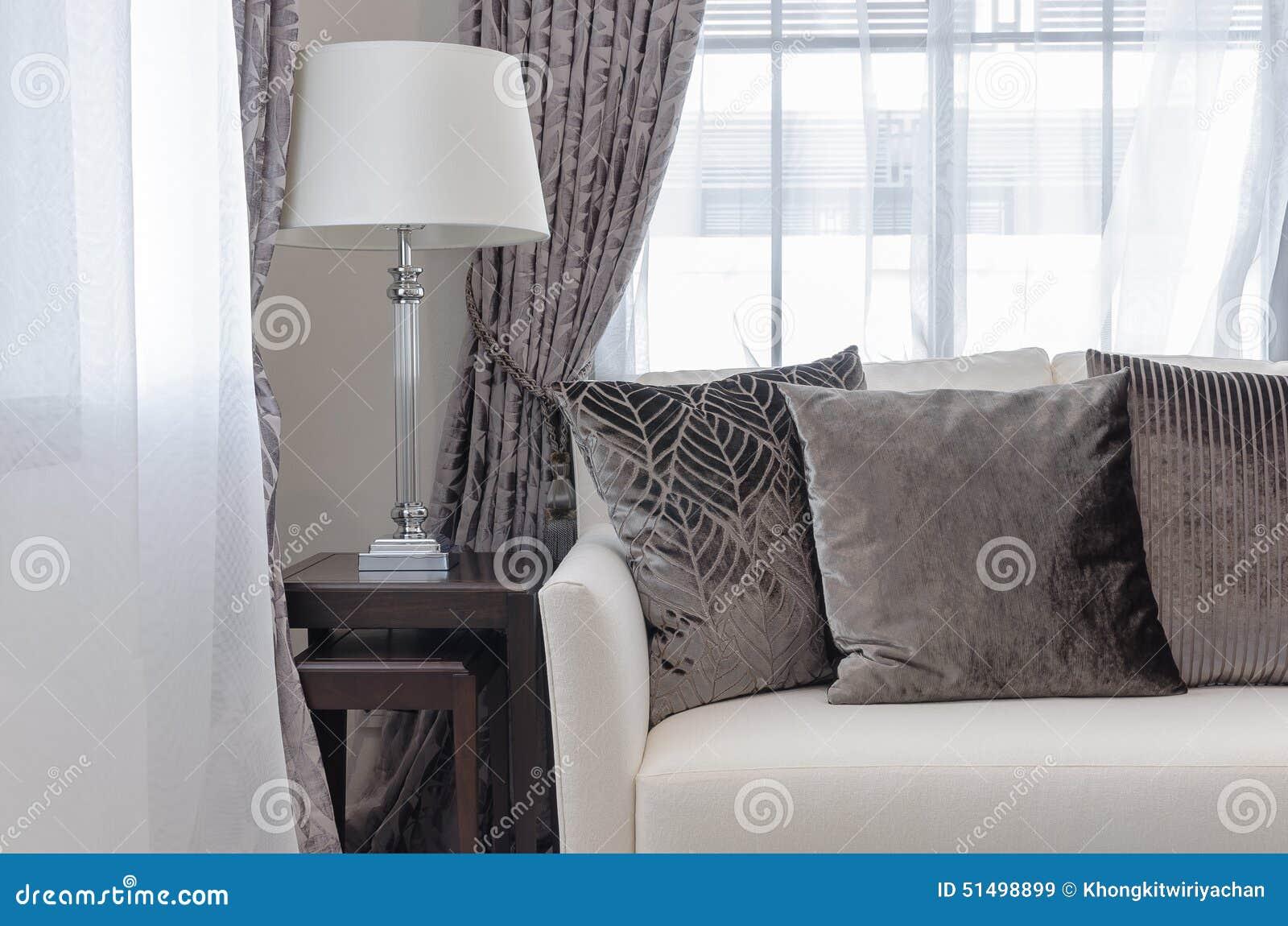 Salon de luxe avec le style classique de lampe sur la table en ...