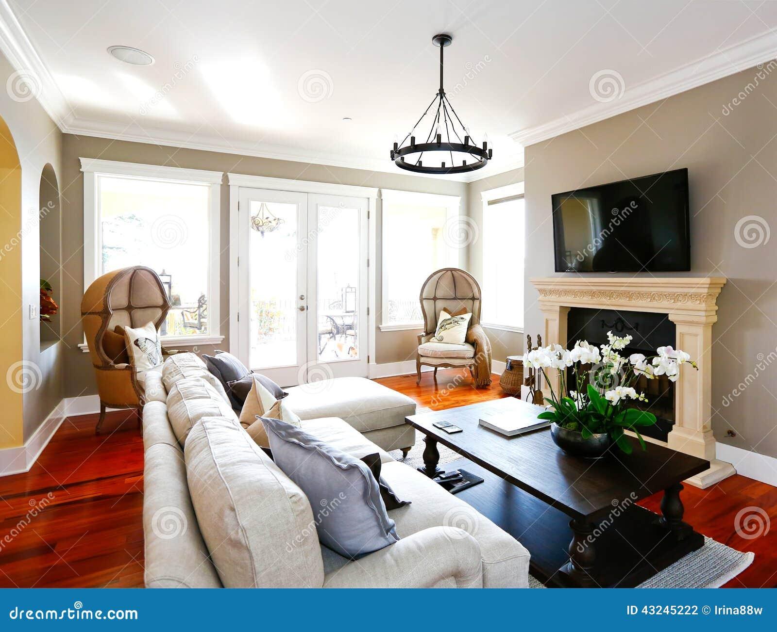 Salon de luxe lumineux avec la chemin e et la tv photo Salon lumineux