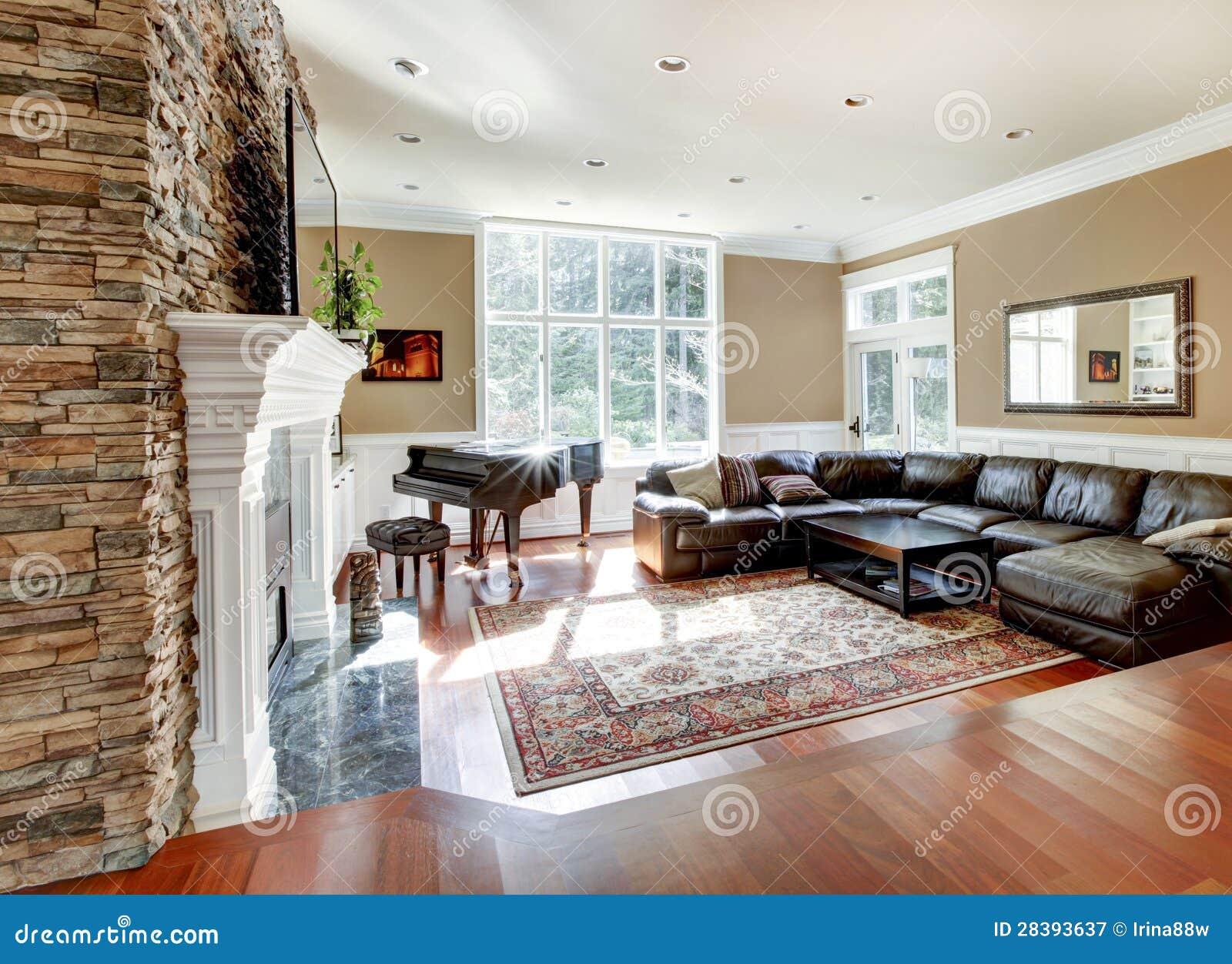 Salon de luxe lumineux avec le bois dur de chemin e en - Salon de luxe en cuir ...