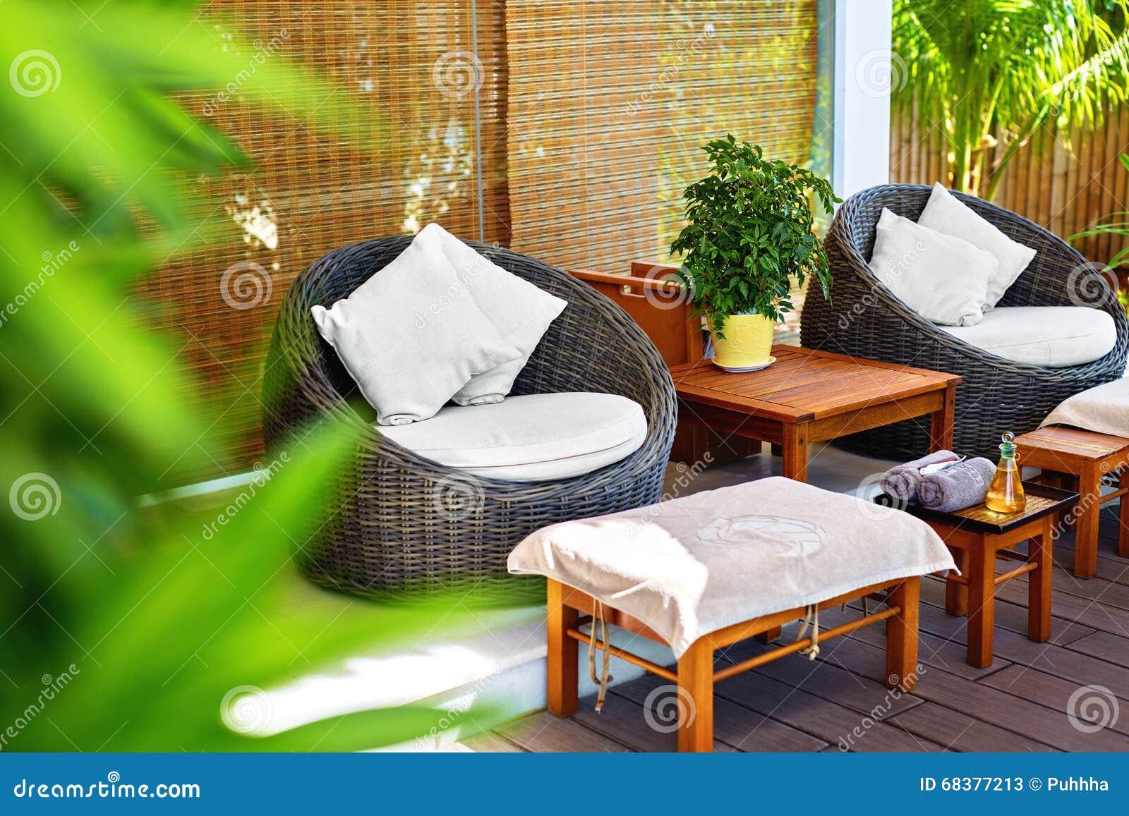 Salon De Massage De Station Thermale Terrasse De Jardin Au Centre De ...