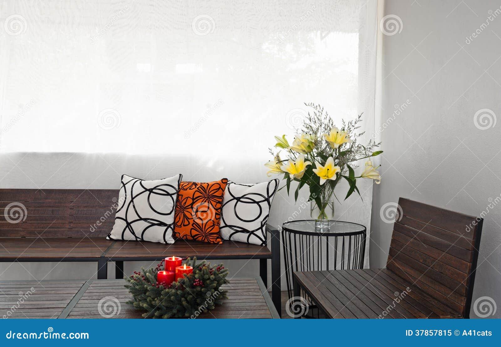 Salon de patio avec le banc en bois photo libre de droits for Salon de jardin avec banc