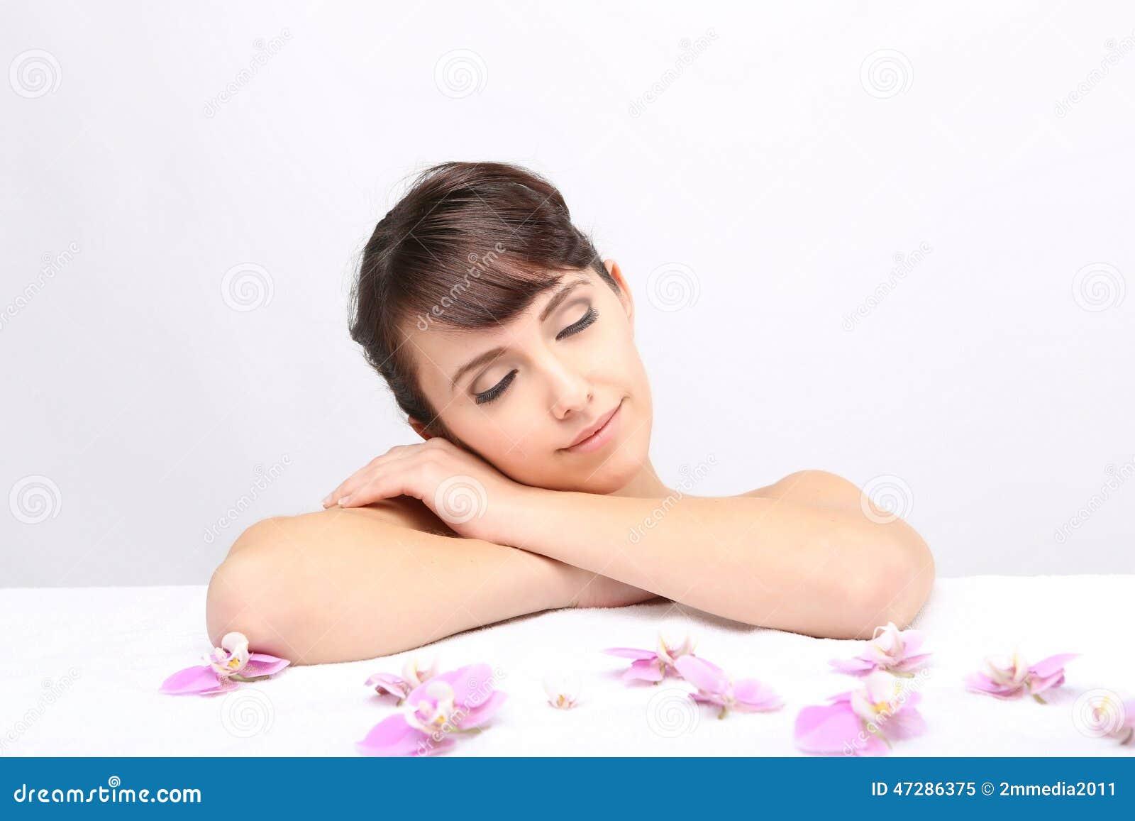 Salon de station thermale Fille se trouvant sur une table de massage