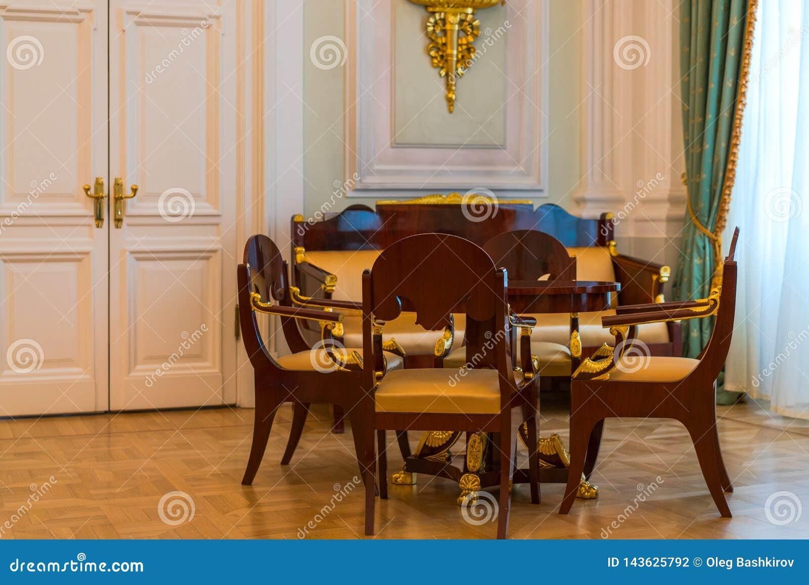 Salon De Style Ancien - Chaises, Sofa, Table Photo stock ...