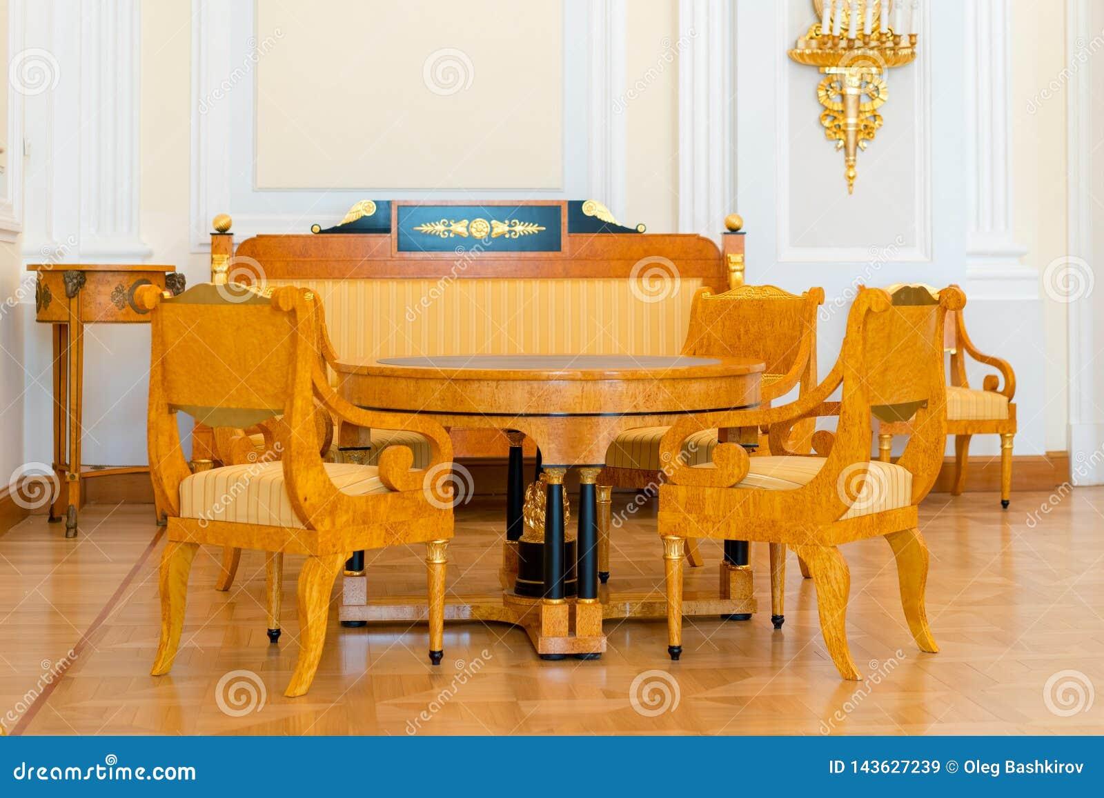 Salon De Style Ancien - Chaises, Sofa, Table Image stock ...