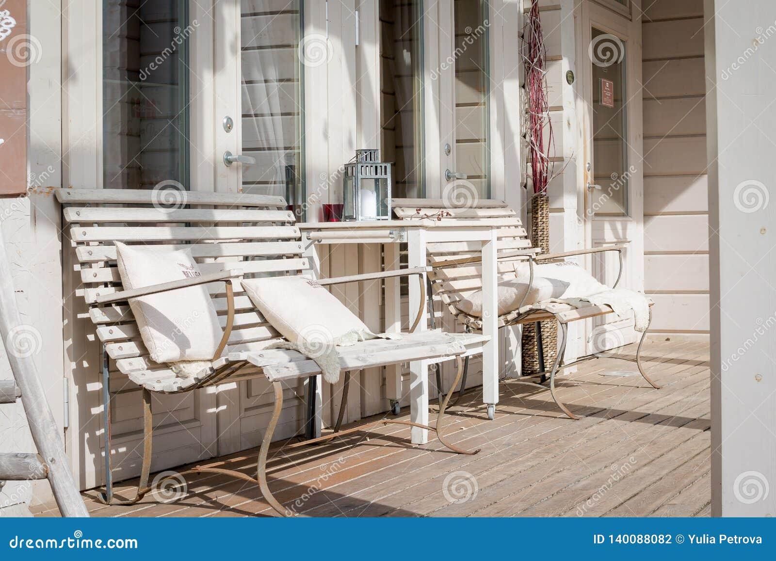 Salon De Terrasse Avec Les Divans Confortables Dans Une ...