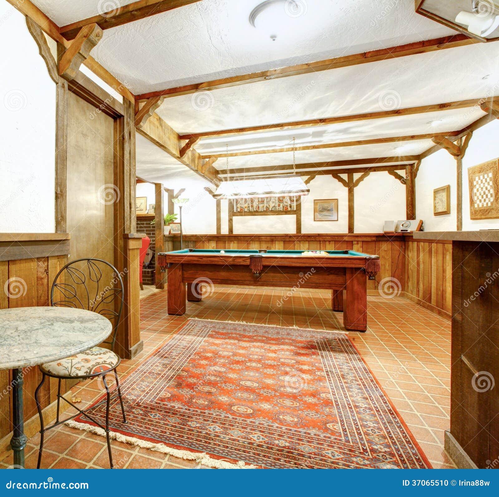 Salon en bois rustique salle de bar et table de billard photo stock image - Bar de salon en bois ...