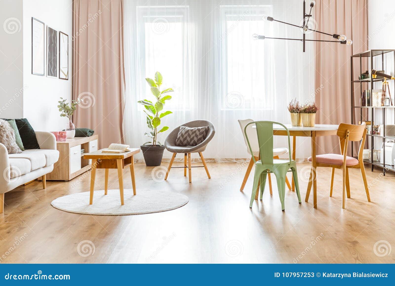 Salon en bon état et rose image stock. Image du tissu ...