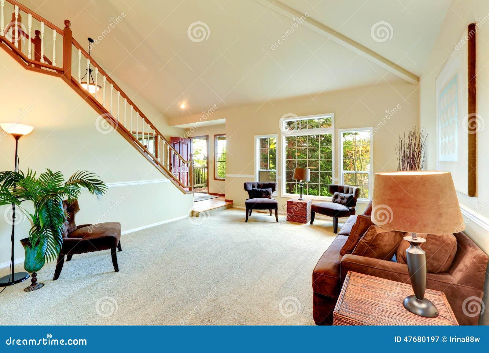 Salon en ivoire lumineux avec le plafond vo t haut et les for Salon lumineux