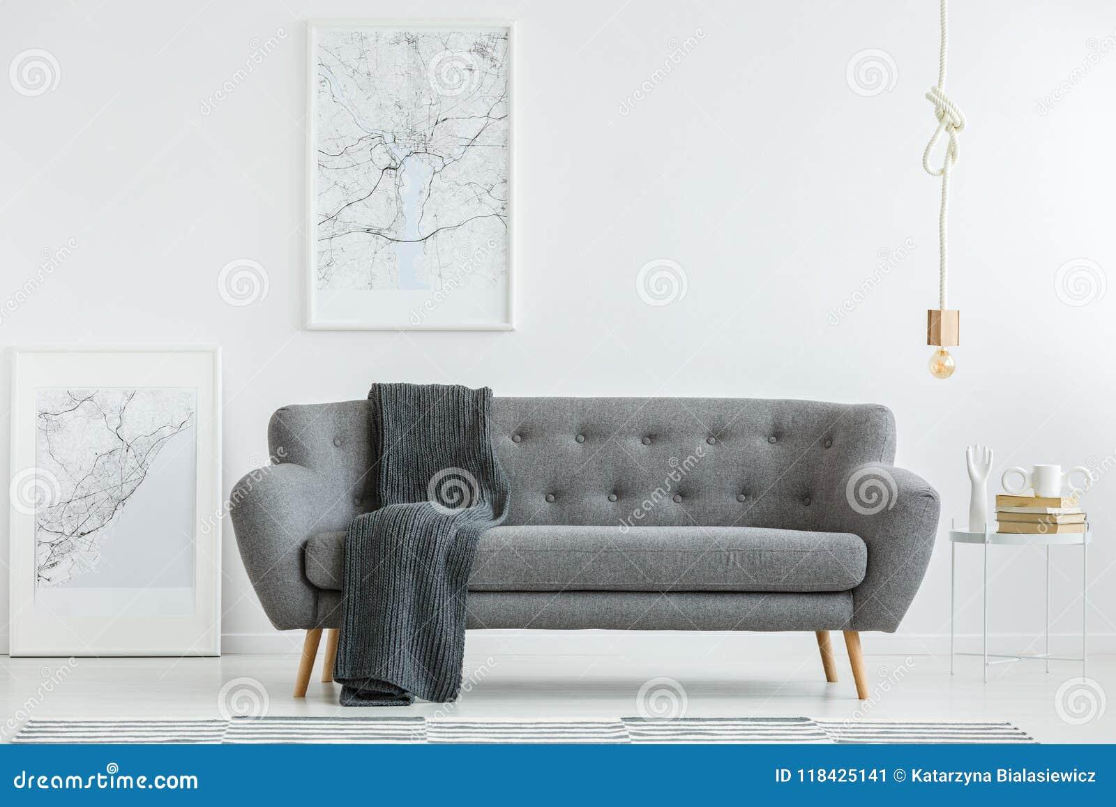 Salon gris avec la couverture