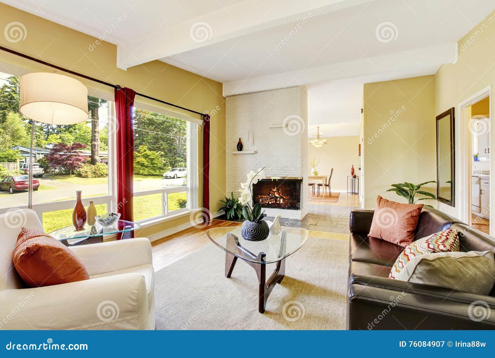 salon moderne avec deux fentres et table basse en verre