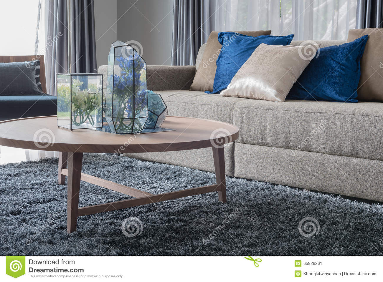 Salon moderne avec la table ronde en bois photo stock   image ...