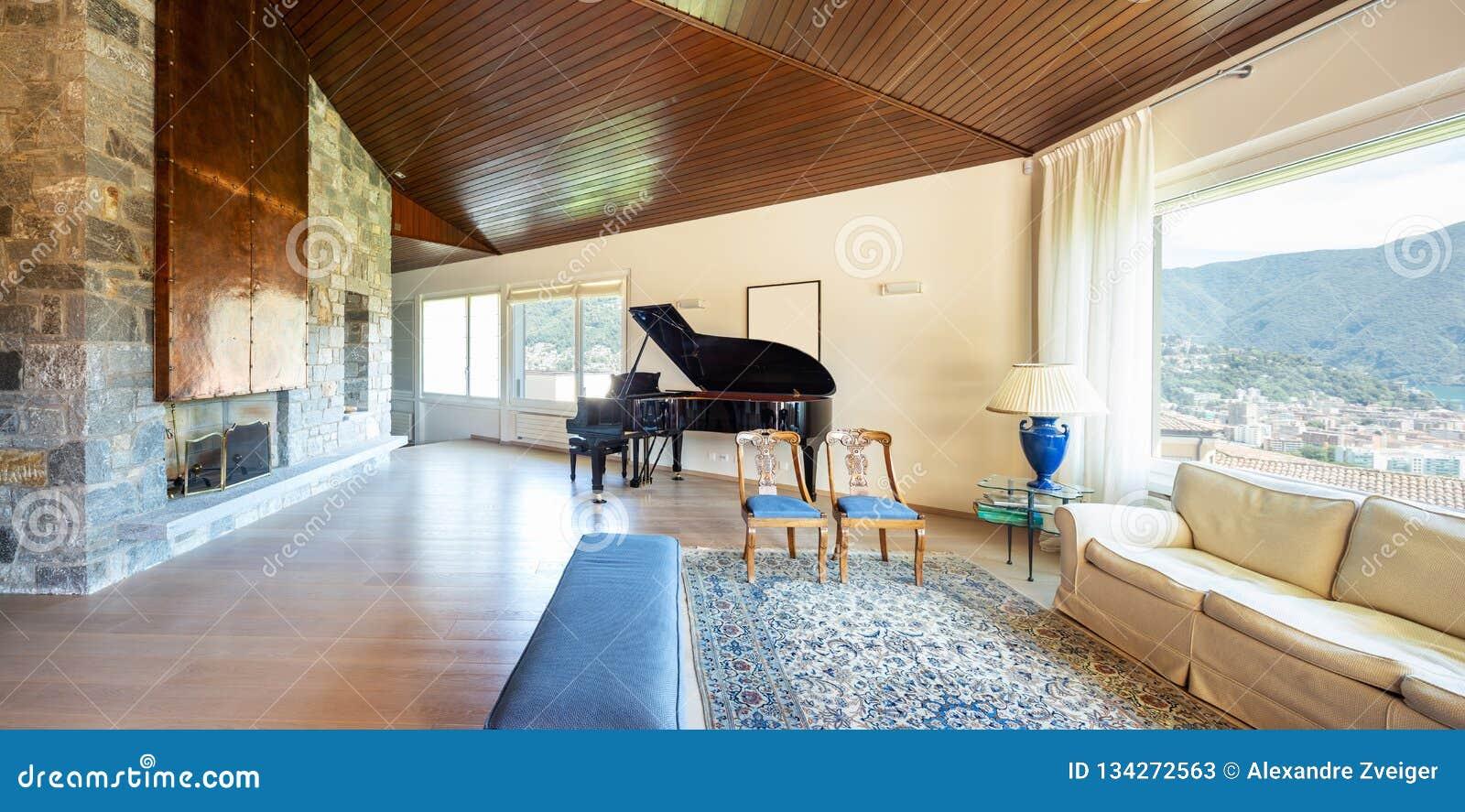 Salon Moderne Avec Le Plafond En Bois Dans La Villa Image ...