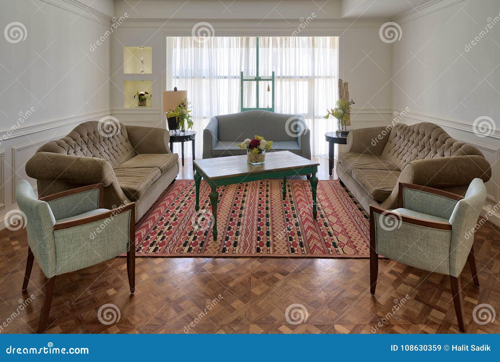 Salon Moderne De Luxe Avec Trois Divans, Deux Fauteuils