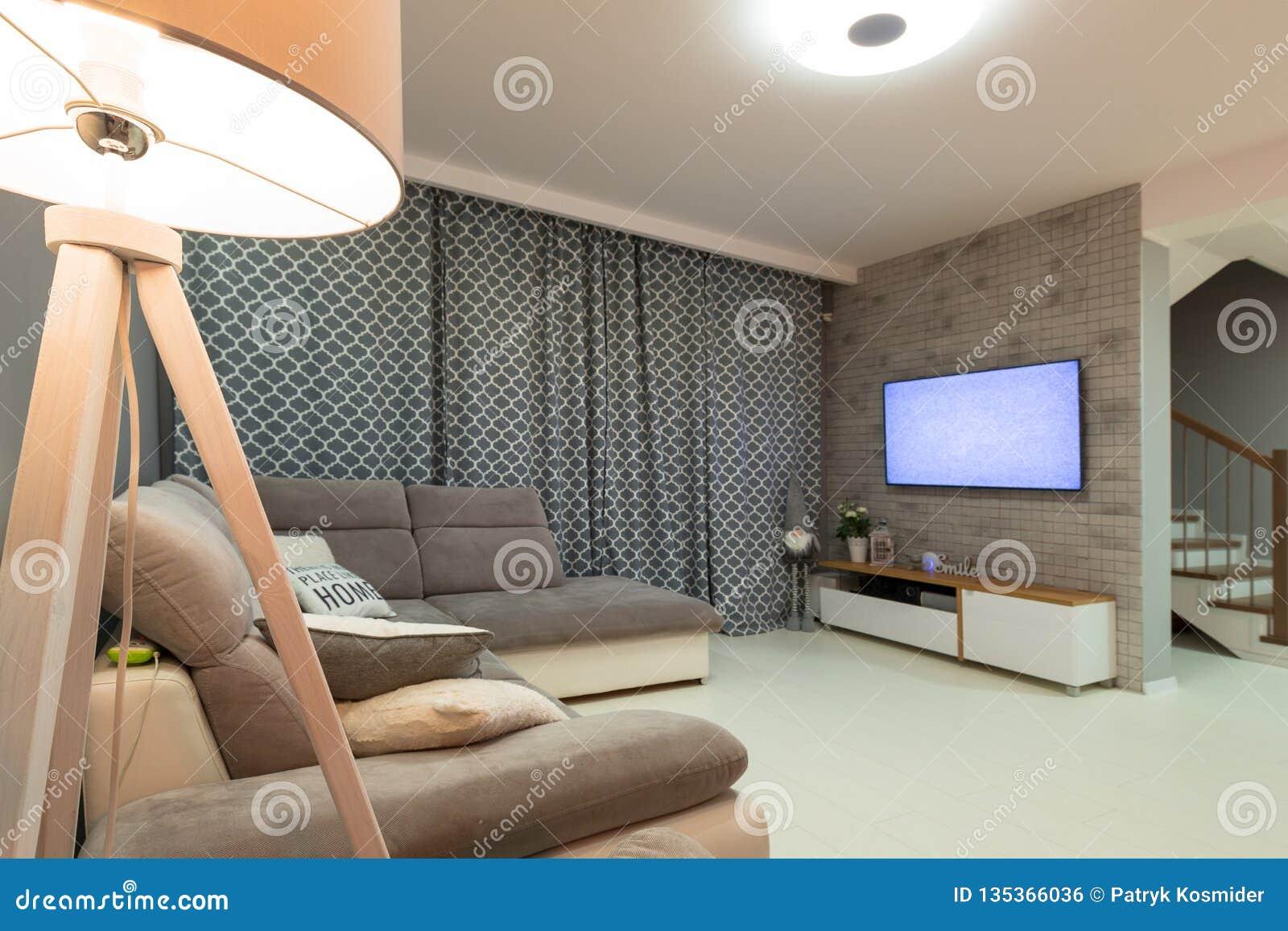 Salon nouvellement meublé avec le plancher blanc