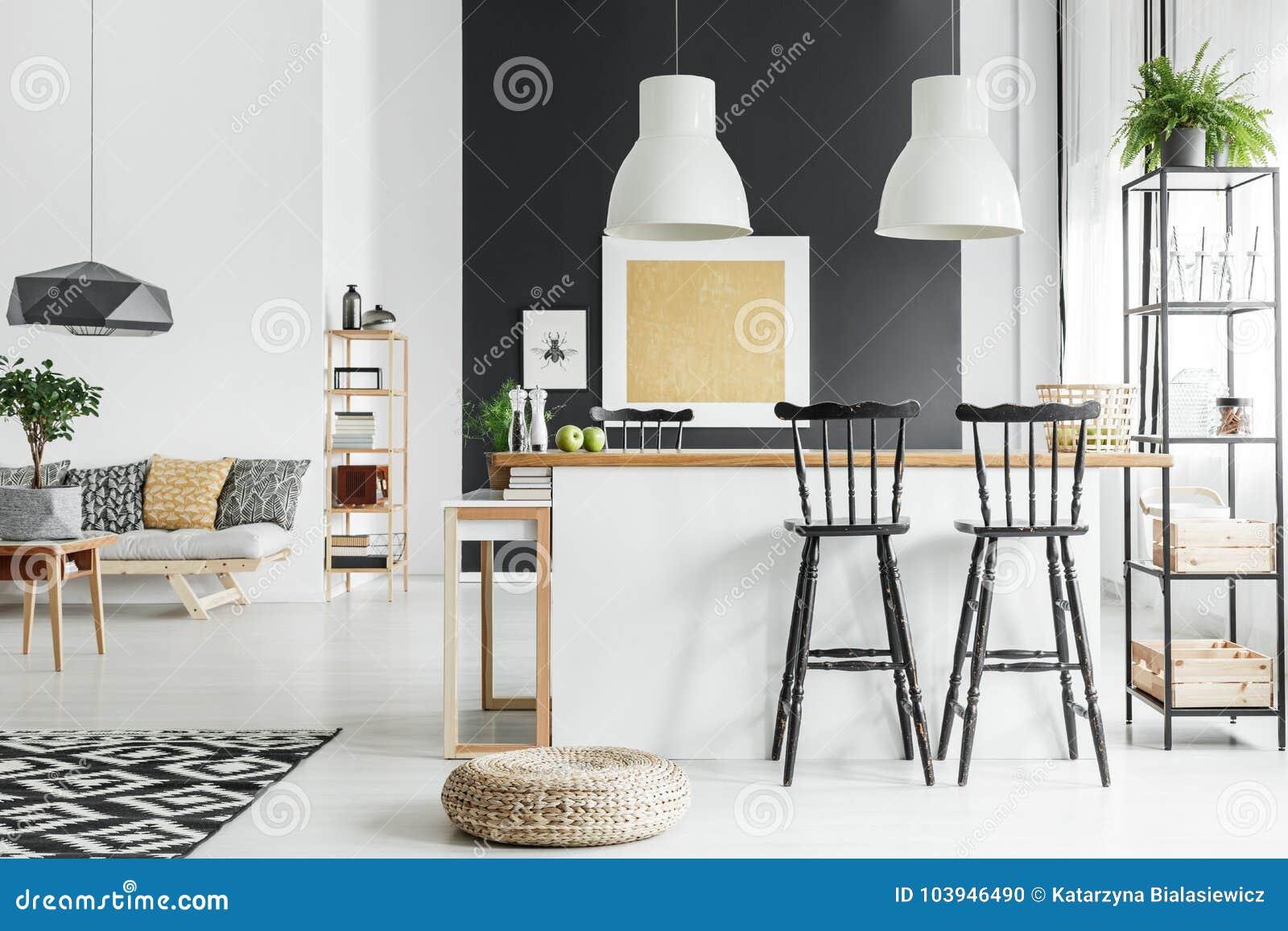 Salon rustique spacieux photo stock. Image du diner - 103946490