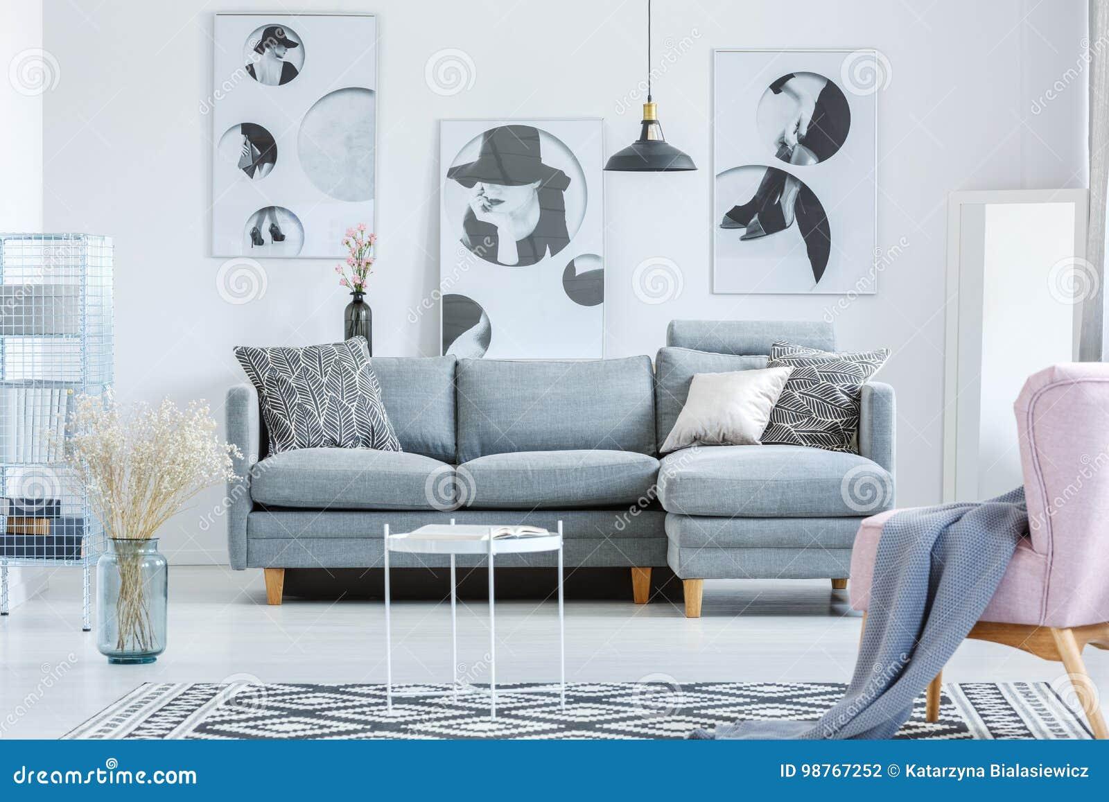 Salon Simple Avec Des Peintures Photo stock - Image du ...