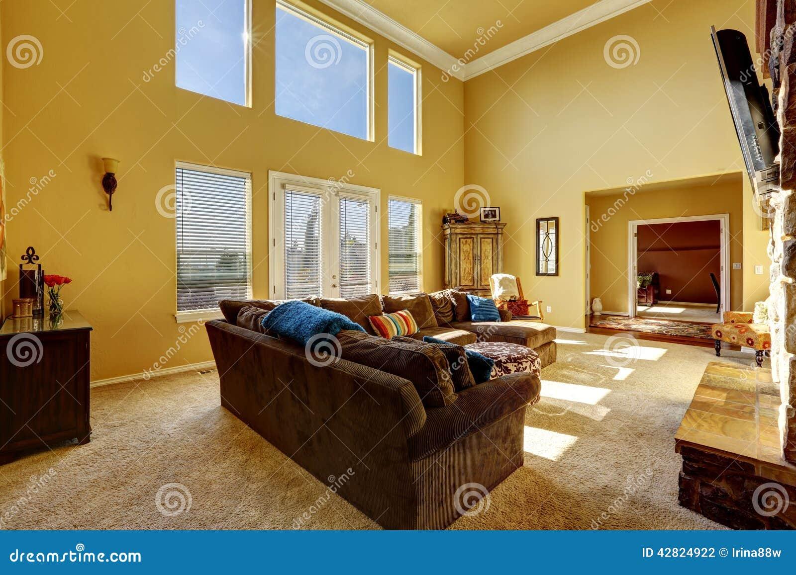 Salon spacieux avec à haut plafond