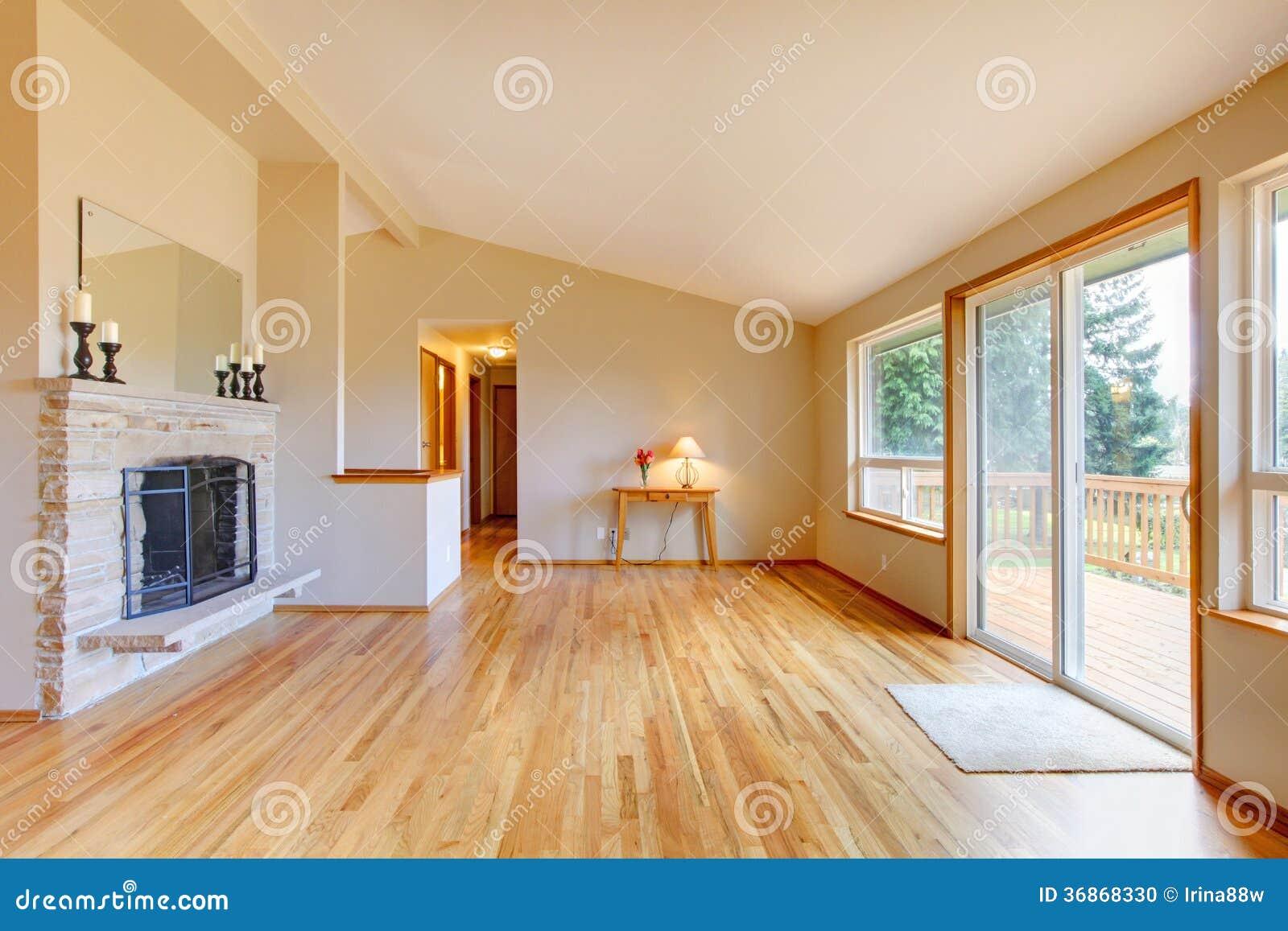 Salon vide avec une cheminée et une porte coulissante en verre