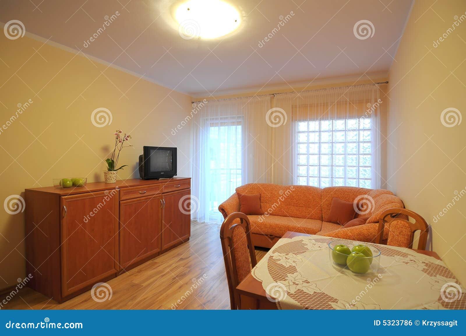 Download Salone fotografia stock. Immagine di appartamento, tabella - 5323786
