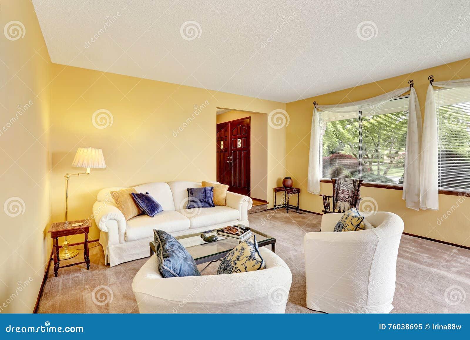Colore Pareti Cucina Gialla : Salone accogliente con le pareti giallo chiaro e la