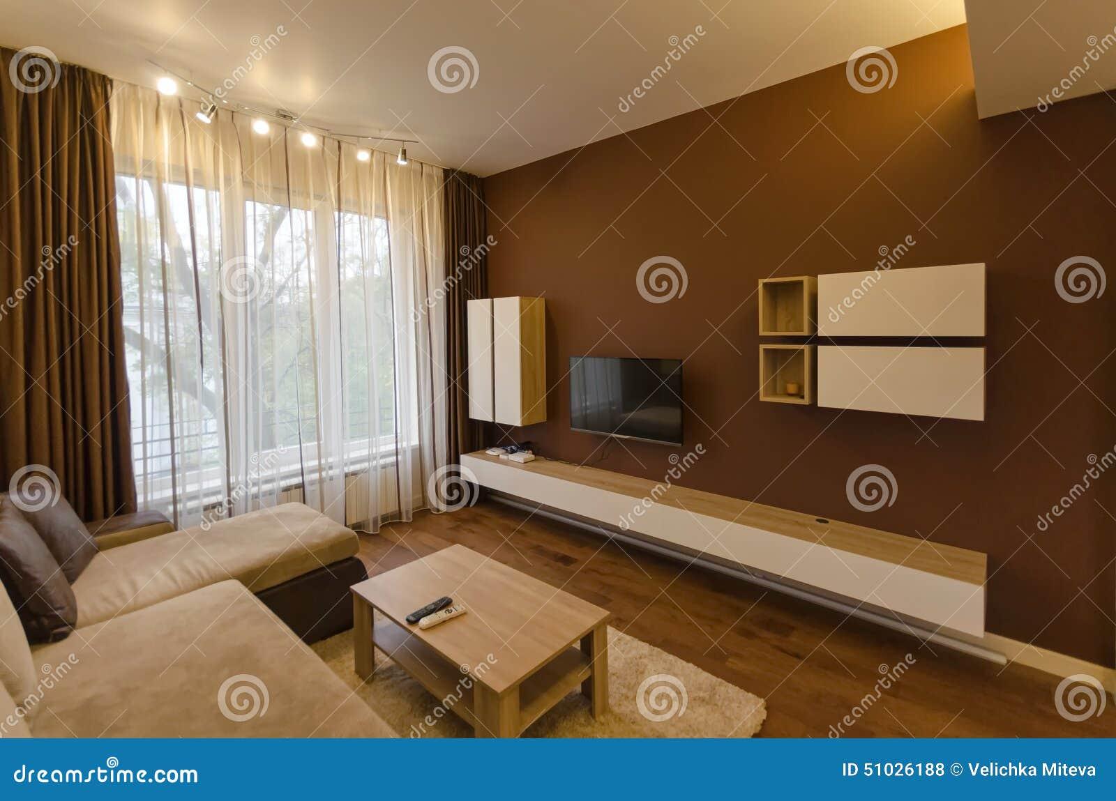 Salone in appartamento rinnovato fresco con illuminazione moderna