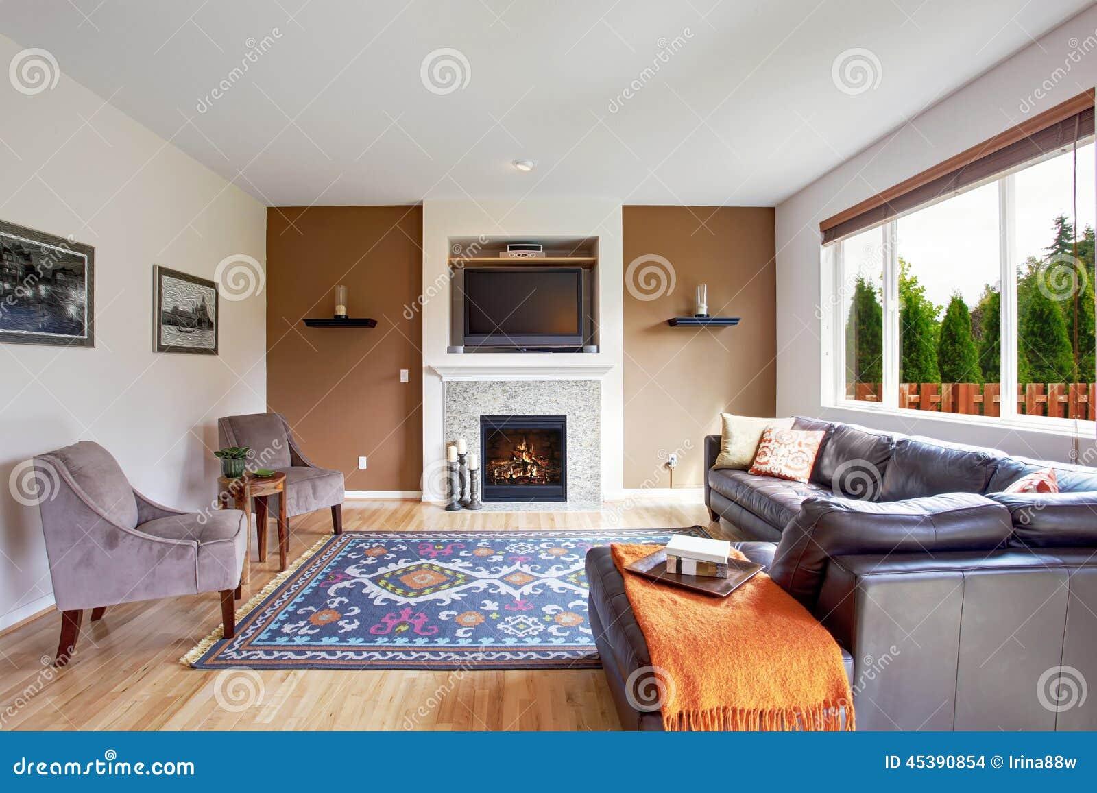 Salone bianco e marrone di tono con il camino e la tv for Arredamento salone con camino