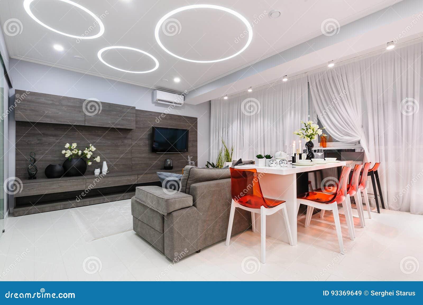 Soggiorno Moderno Con Tavolo Da Pranzo.Salone Bianco Moderno Con Il Tavolo Da Pranzo Immagine Stock