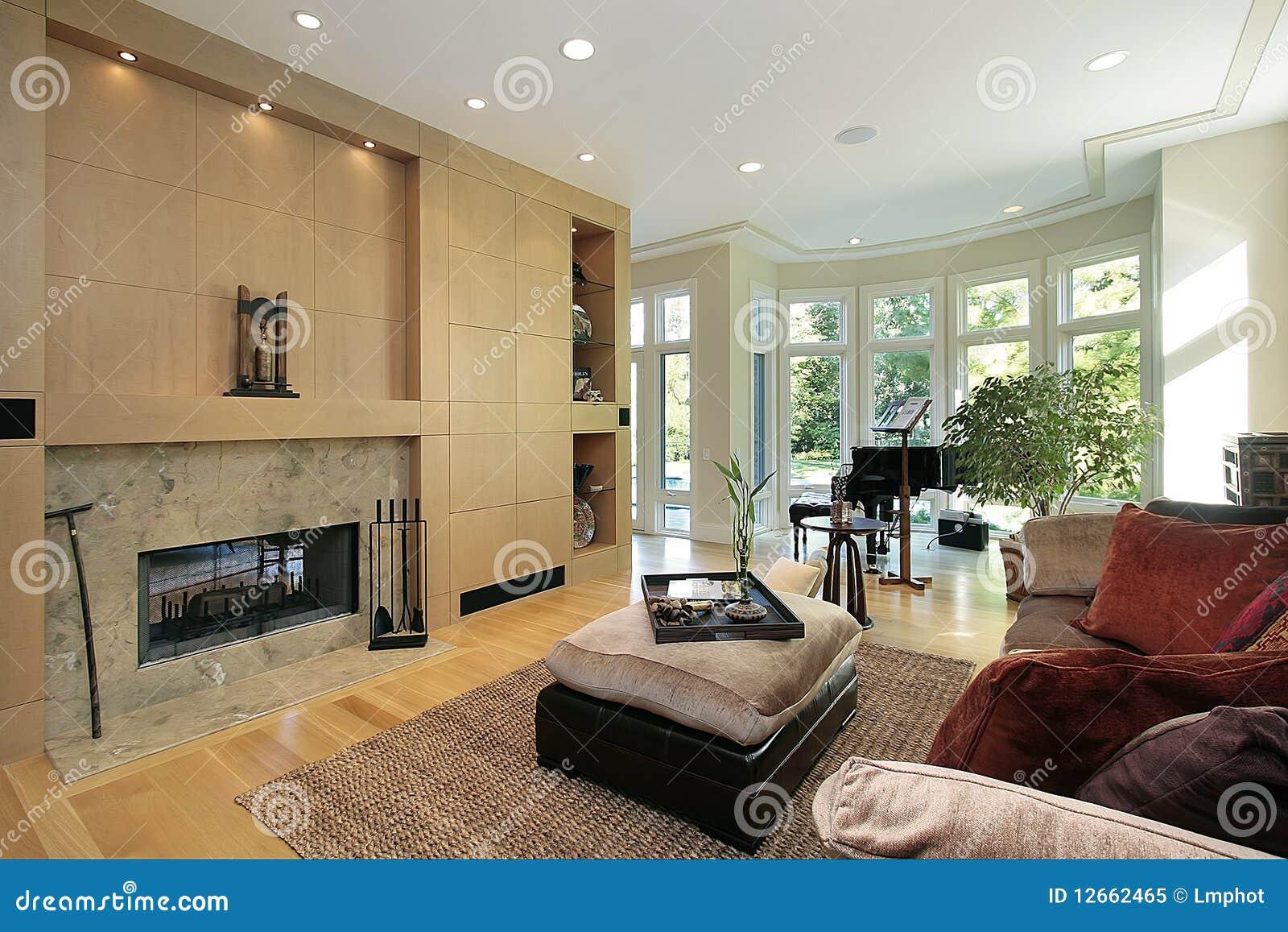 Salone con il camino di marmo immagine stock immagine di for Arredamento salone con camino