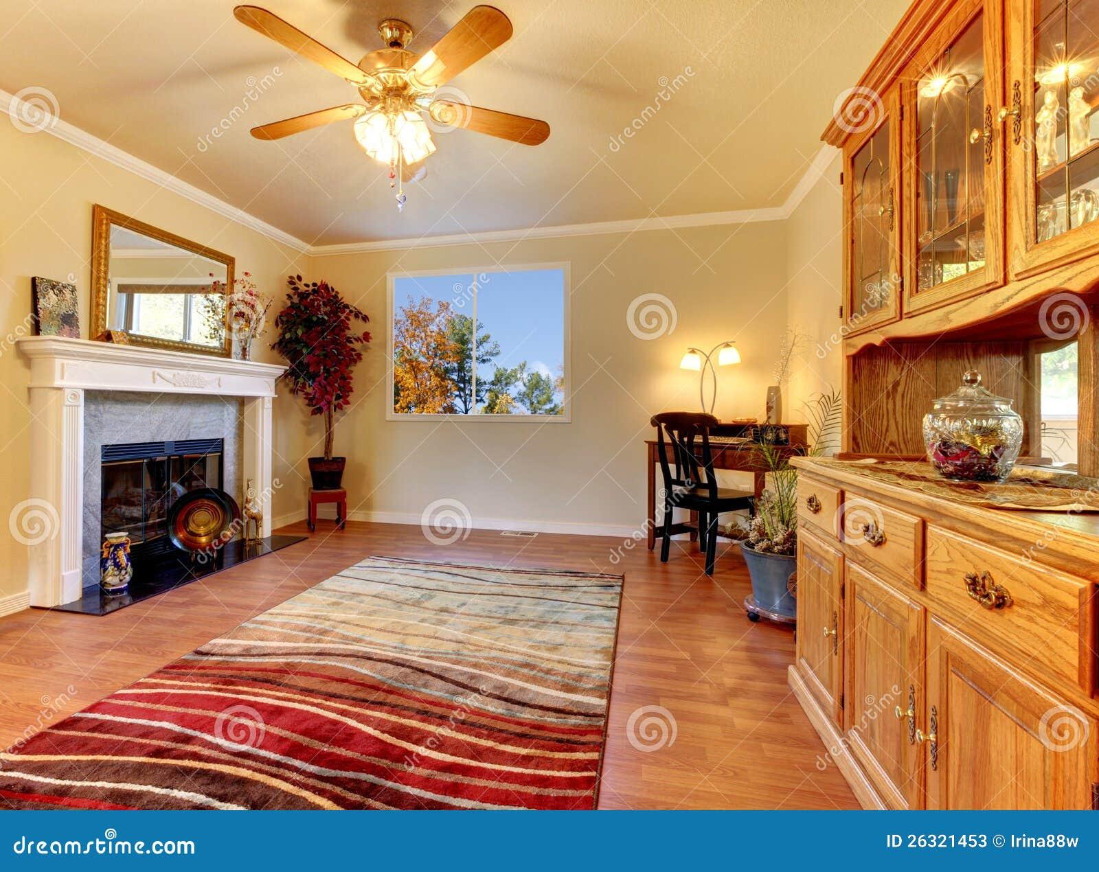 Salone con il camino e le pareti beige con la conigliera for Pareti salone