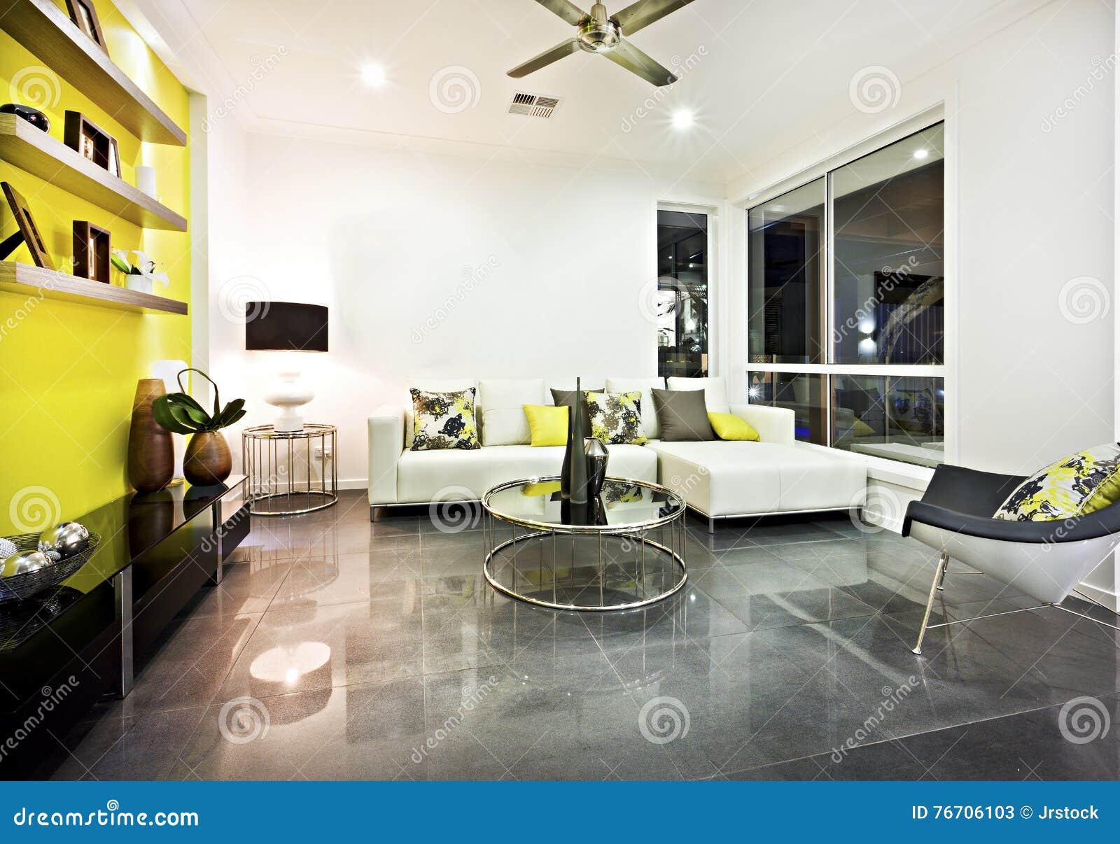 Salone con la pavimentazione in piastrelle riflettente e la