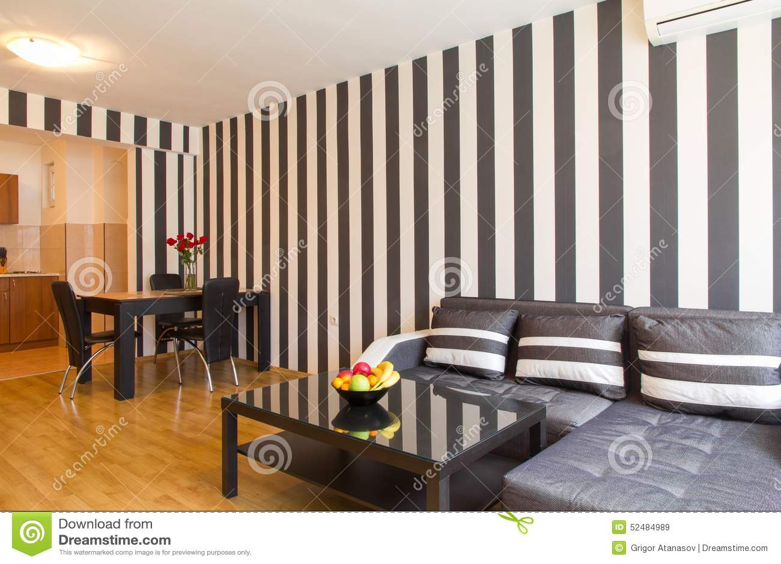 Pareti A Strisce Bianco E Nero : Salone con le pareti a strisce in bianco e nero immagine stock