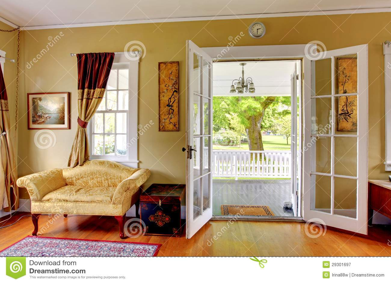 Salone con le porte aperte al portico di fronte classico romantico immagine stock immagine - Le finestre di fronte ...