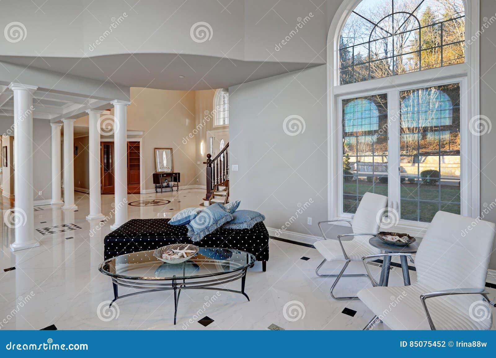 Salone Di Lusso Del Soffitto Alto Con Il Pavimento Di Marmo Fotografia Stock - Immagine: 85075452
